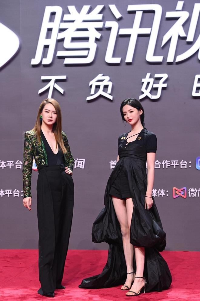 Tam ca 30 Chưa Phải Là Hết mặc xấu phá đảo thảm đỏ Tencent, các chị lại đắc tội để stylist phải dỗi hay gì? - ảnh 9