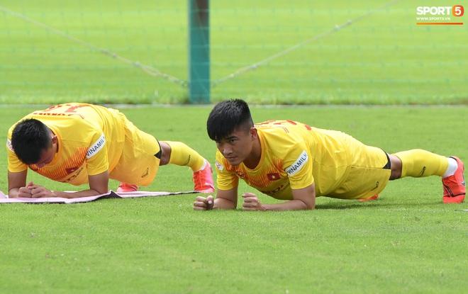 HLV Park Hang-seo gây cười khi thị phạm động tác chống đẩy nhưng tiếp đất bằng... bụng - Ảnh 8.