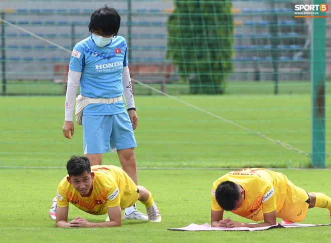 HLV Park Hang-seo gây cười khi thị phạm động tác chống đẩy nhưng tiếp đất bằng... bụng - Ảnh 7.