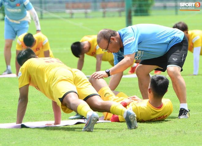HLV Park Hang-seo gây cười khi thị phạm động tác chống đẩy nhưng tiếp đất bằng... bụng - Ảnh 1.