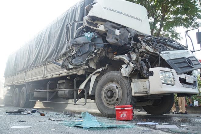 """TP.HCM: Đầu xe tải bị vò nát sau tai nạn liên hoàn, Quốc lộ 1 """"tê liệt"""" hơn 5km - Ảnh 1."""