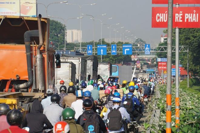 """TP.HCM: Đầu xe tải bị vò nát sau tai nạn liên hoàn, Quốc lộ 1 """"tê liệt"""" hơn 5km - Ảnh 3."""