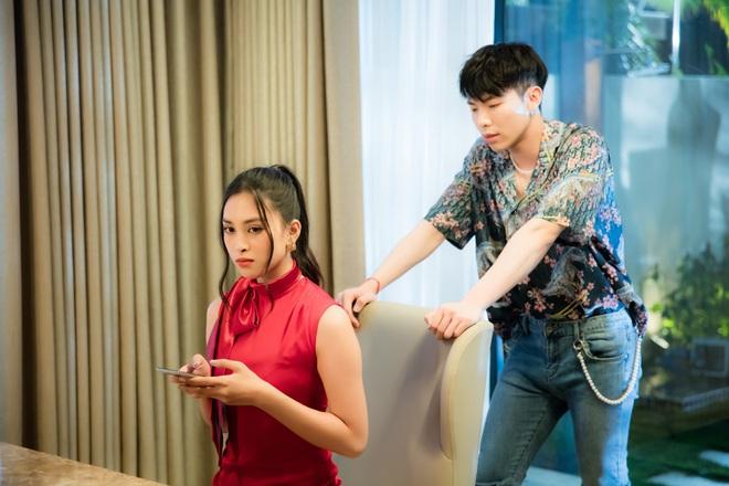 Hoa hậu Tiểu Vy và Đỗ Mỹ Linh tái hợp 2 người tình MV, clip Erik và nàng hậu ngượng ngùng chạm vào đùi nhau gây chú ý - Ảnh 4.