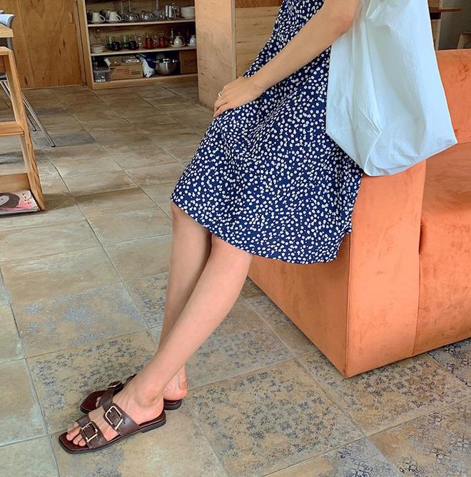 4 kiểu dép các nàng nên sắm để diện vào ngày mưa, style vừa đẹp xịn vừa không sợ lấm bẩn như đi giày - Ảnh 1.