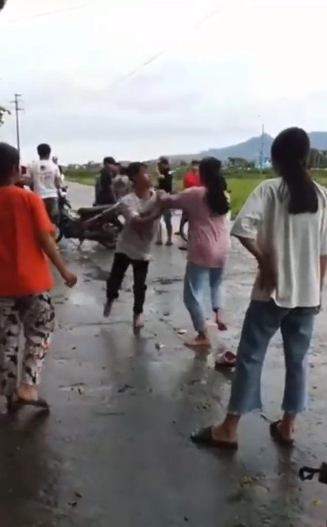 Thiếu niên và một bạn nữ lao vào đánh nhau ngay giữa đường, nhiều bạn bè đứng chửi bới xung quanh, phì phèo hút thuốc - ảnh 2