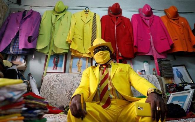 Mê phối đồ sặc sỡ nguyên set, người đàn ông khiến dân tình trầm trồ bằng bộ sưu tập khẩu trang mùa dịch tông xuyệt tông cực chất - ảnh 1