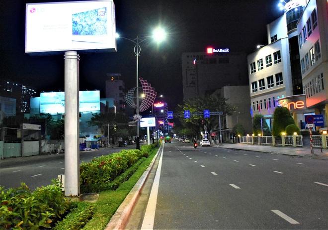 Những con phố lặng thinh trong đêm cuối tuần cách ly xã hội ở Đà Nẵng - ảnh 15
