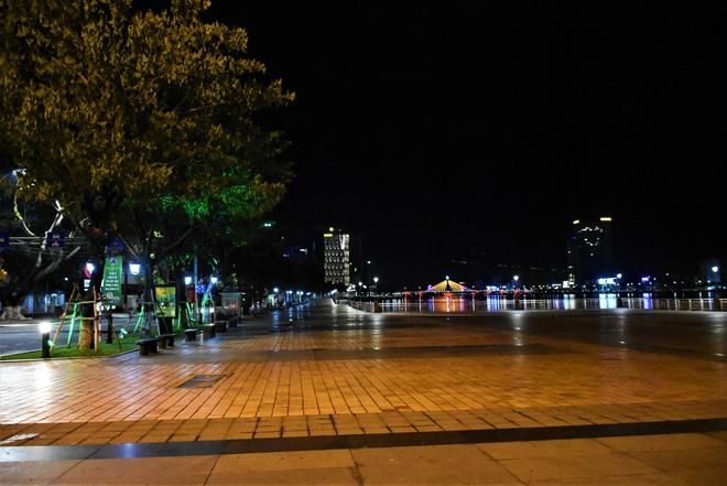 Những con phố lặng thinh trong đêm cuối tuần cách ly xã hội ở Đà Nẵng - ảnh 5