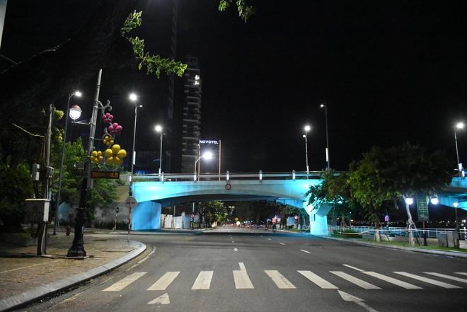 Những con phố lặng thinh trong đêm cuối tuần cách ly xã hội ở Đà Nẵng - ảnh 16