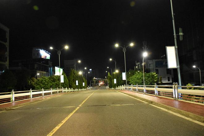 Những con phố lặng thinh trong đêm cuối tuần cách ly xã hội ở Đà Nẵng - ảnh 18
