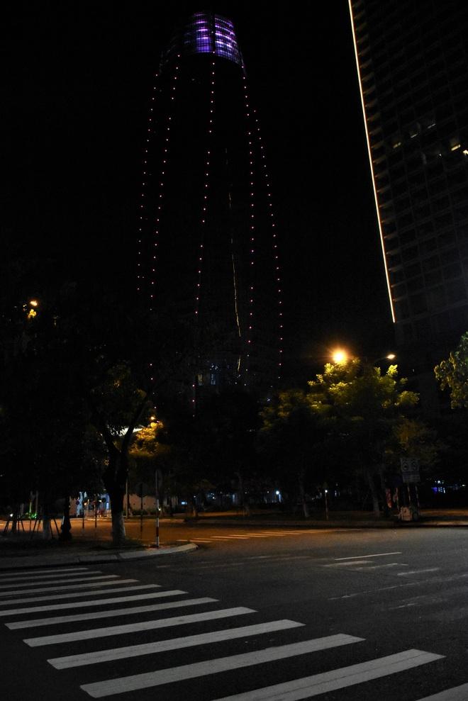 Những con phố lặng thinh trong đêm cuối tuần cách ly xã hội ở Đà Nẵng - ảnh 11