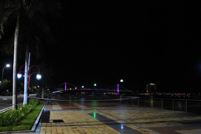Những con phố lặng thinh trong đêm cuối tuần cách ly xã hội ở Đà Nẵng - ảnh 6