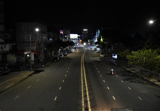 Những con phố lặng thinh trong đêm cuối tuần cách ly xã hội ở Đà Nẵng - ảnh 13