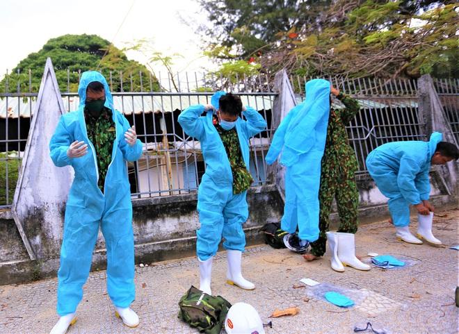 Cận cảnh Binh chủng hóa học phun khử khuẩn từng gốc cây, ngọn cỏ trên đường phố Đà Nẵng - Ảnh 6.