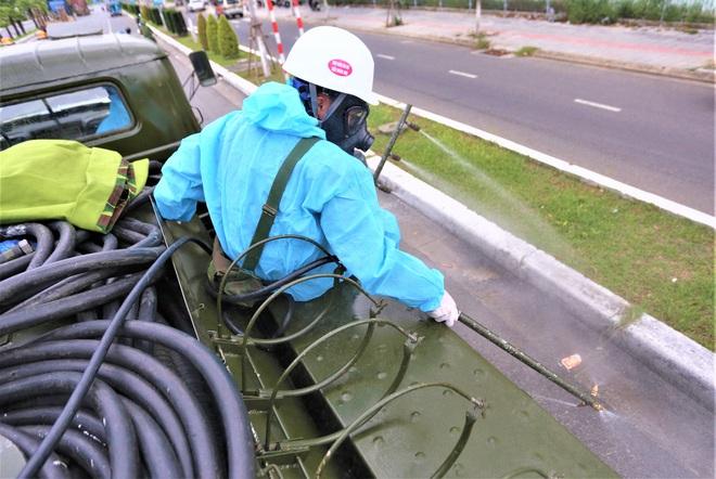 Cận cảnh Binh chủng hóa học phun khử khuẩn từng gốc cây, ngọn cỏ trên đường phố Đà Nẵng - Ảnh 11.