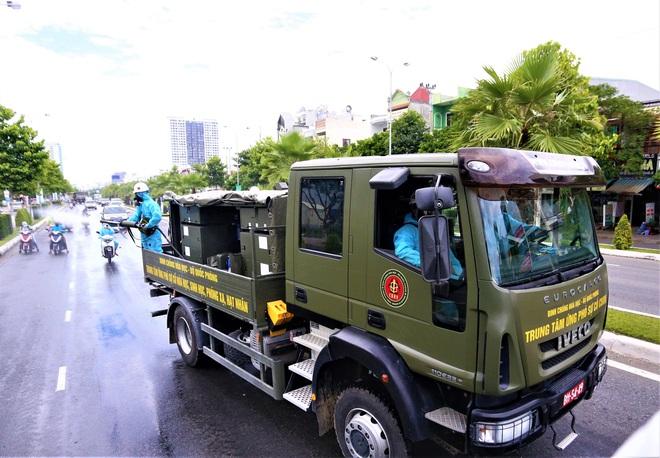 Cận cảnh Binh chủng hóa học phun khử khuẩn từng gốc cây, ngọn cỏ trên đường phố Đà Nẵng - Ảnh 21.