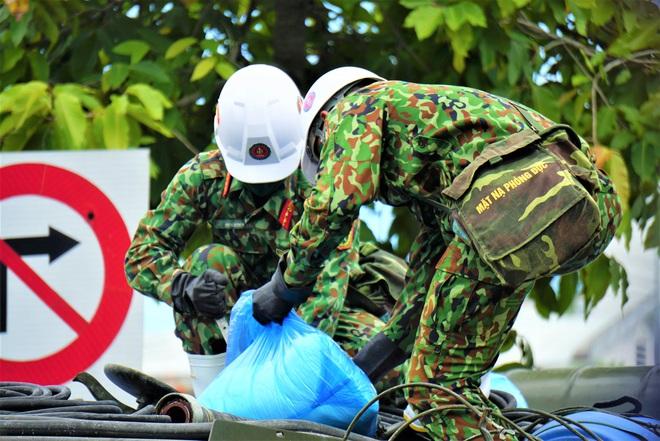Cận cảnh Binh chủng hóa học phun khử khuẩn từng gốc cây, ngọn cỏ trên đường phố Đà Nẵng - Ảnh 4.