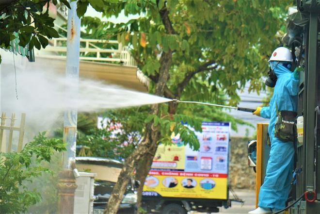 Cận cảnh Binh chủng hóa học phun khử khuẩn từng gốc cây, ngọn cỏ trên đường phố Đà Nẵng - Ảnh 15.