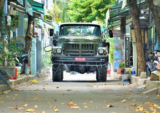Cận cảnh Binh chủng hóa học phun khử khuẩn từng gốc cây, ngọn cỏ trên đường phố Đà Nẵng - Ảnh 14.