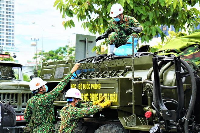 Cận cảnh Binh chủng hóa học phun khử khuẩn từng gốc cây, ngọn cỏ trên đường phố Đà Nẵng - Ảnh 2.