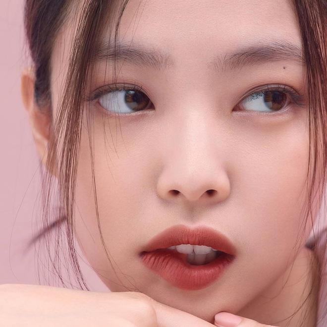 """Hội gái Hàn ồ ạt swatch """"son Jennie"""" mới ra lò: Màu đẹp bá cháy, xem là muốn order gấp một thỏi cho mùa thu - Ảnh 1."""