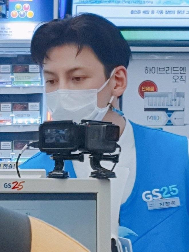 Thu hút đám đông náo loạn khi đi làm ở cửa hàng tiện lợi, Ji Chang Wook bị chỉ trích gay gắt đến nỗi phải đứng ra xin lỗi