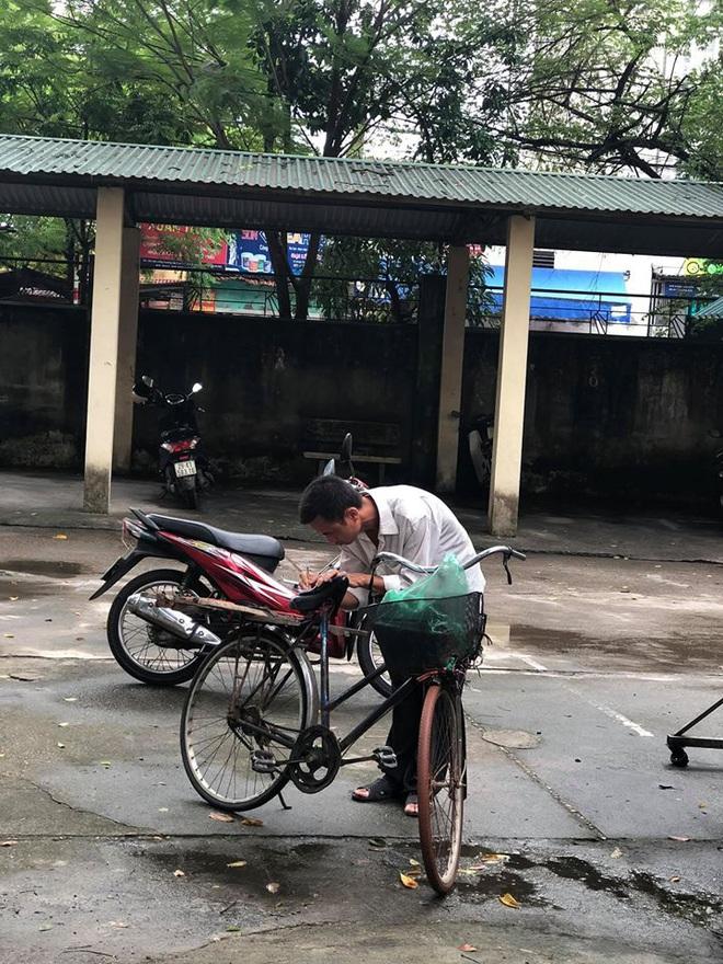Người cha già đạp xe đến trường xem điểm thi cho con, xúc động hơn cả là cảnh dùng chiếc điện thoại cũ chụp lại điểm - ảnh 4
