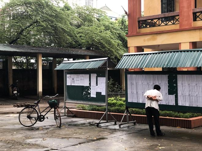 Người cha già đạp xe đến trường xem điểm thi cho con, xúc động hơn cả là cảnh dùng chiếc điện thoại cũ chụp lại điểm - ảnh 2