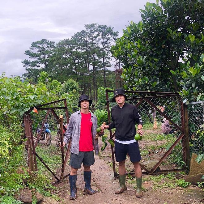 Công Phượng bắt cặp Huy Toàn tại nông trại Đà Lạt: Không đá bóng thì mình đi bán... bơ - ảnh 1