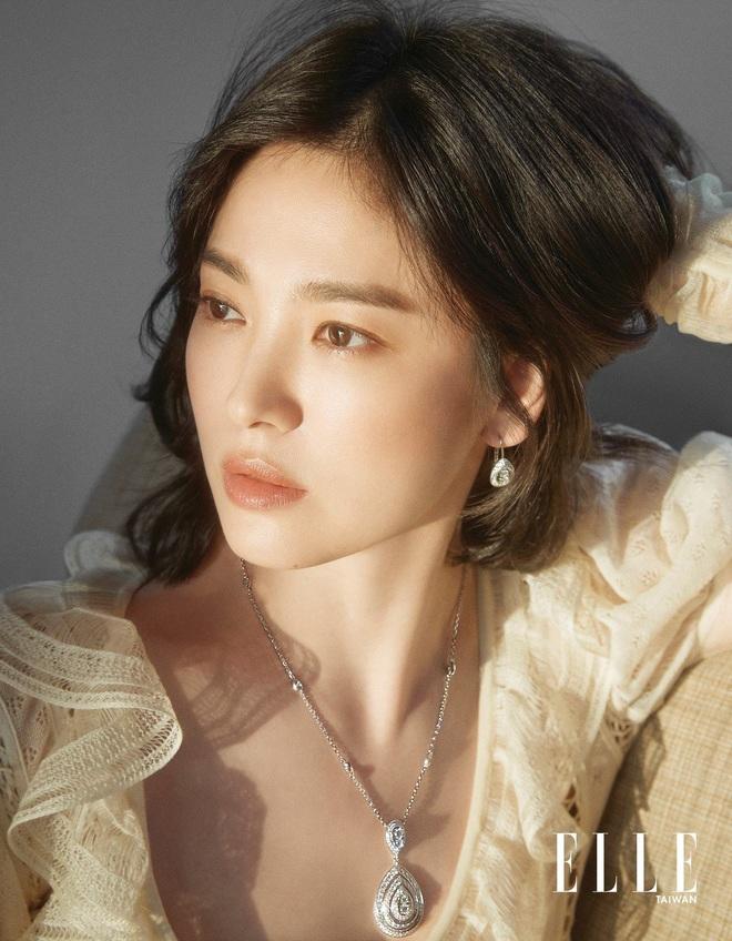 Nghịch lý Song Hye Kyo: Làm mẫu thời trang thì bị chê, quảng bá trang sức lại sang như bà hoàng - Ảnh 3.