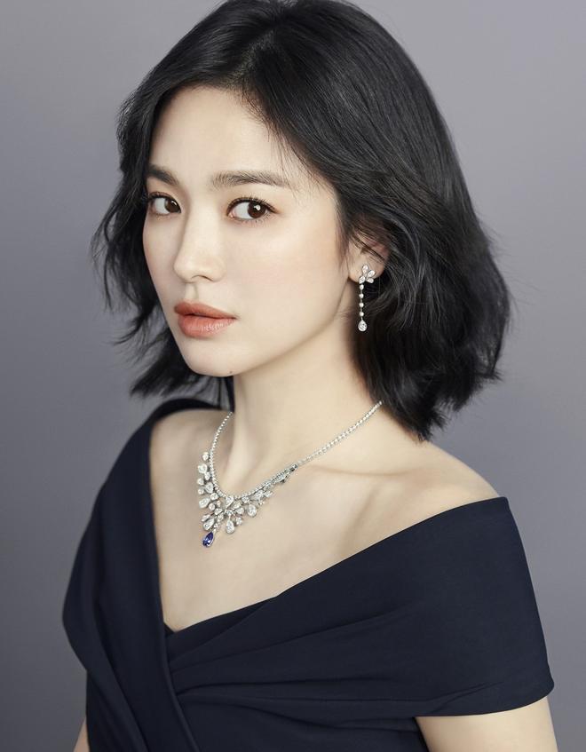 Nghịch lý Song Hye Kyo: Làm mẫu thời trang thì bị chê, quảng bá trang sức lại sang như bà hoàng - Ảnh 4.