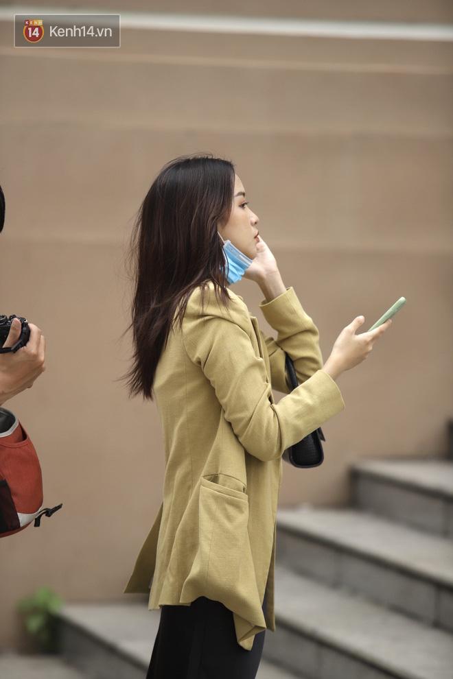 Chùm ảnh: Giới trẻ Sài Gòn kín mít khẩu trang xuống phố, mua sắm hay sống ảo đều nhanh chóng, đề cao cảnh giác - ảnh 3