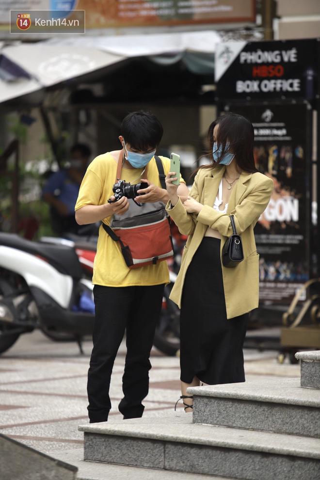 Chùm ảnh: Giới trẻ Sài Gòn kín mít khẩu trang xuống phố, mua sắm hay sống ảo đều nhanh chóng, đề cao cảnh giác - ảnh 4