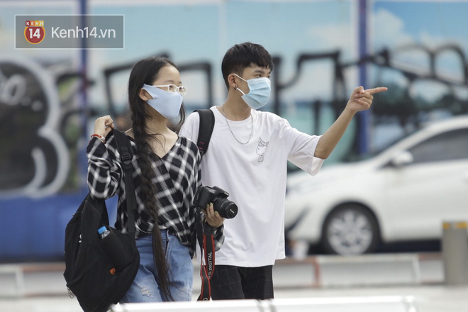 Chùm ảnh: Giới trẻ Sài Gòn kín mít khẩu trang xuống phố, mua sắm hay sống ảo đều nhanh chóng, đề cao cảnh giác - ảnh 9