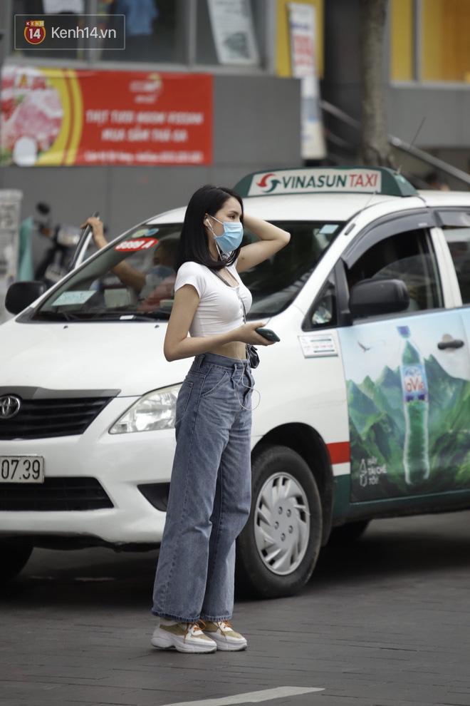 Chùm ảnh: Giới trẻ Sài Gòn kín mít khẩu trang xuống phố, mua sắm hay sống ảo đều nhanh chóng, đề cao cảnh giác - ảnh 2