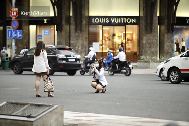 Chùm ảnh: Giới trẻ Sài Gòn kín mít khẩu trang xuống phố, mua sắm hay sống ảo đều nhanh chóng, đề cao cảnh giác - ảnh 13