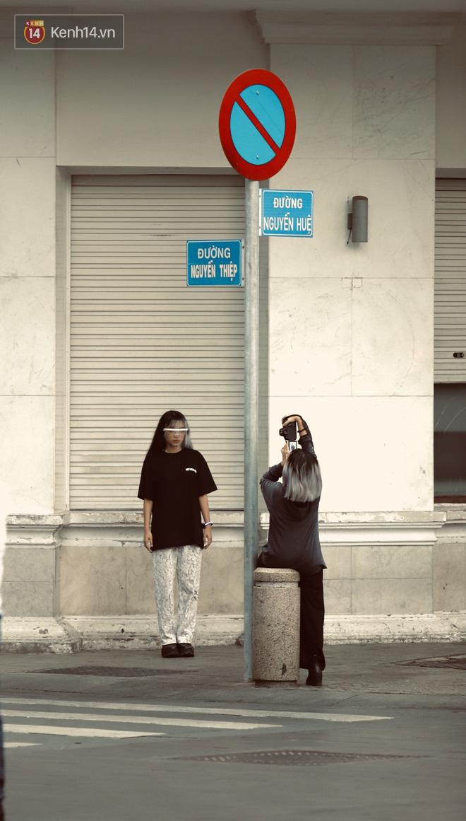 Chùm ảnh: Giới trẻ Sài Gòn kín mít khẩu trang xuống phố, mua sắm hay sống ảo đều nhanh chóng, đề cao cảnh giác - ảnh 15