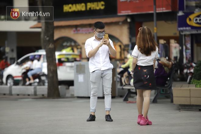 Chùm ảnh: Giới trẻ Sài Gòn kín mít khẩu trang xuống phố, mua sắm hay sống ảo đều nhanh chóng, đề cao cảnh giác - ảnh 16