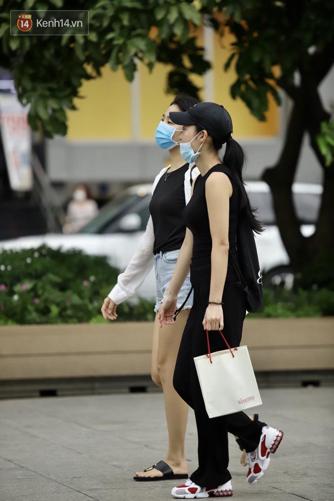 Chùm ảnh: Giới trẻ Sài Gòn kín mít khẩu trang xuống phố, mua sắm hay sống ảo đều nhanh chóng, đề cao cảnh giác - ảnh 1