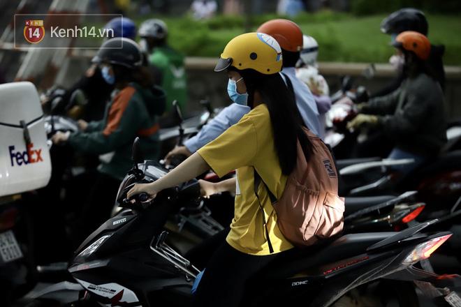 Chùm ảnh: Giới trẻ Sài Gòn kín mít khẩu trang xuống phố, mua sắm hay sống ảo đều nhanh chóng, đề cao cảnh giác - ảnh 21