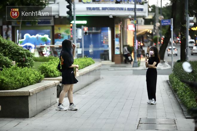Chùm ảnh: Giới trẻ Sài Gòn kín mít khẩu trang xuống phố, mua sắm hay sống ảo đều nhanh chóng, đề cao cảnh giác - ảnh 19