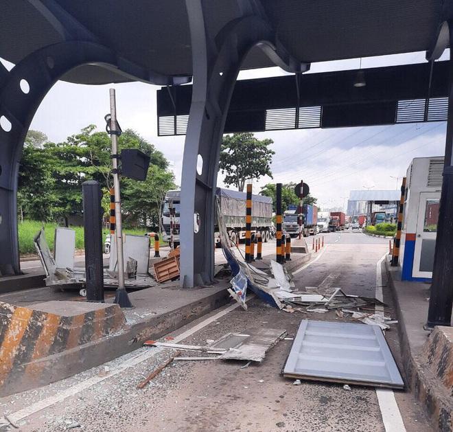 TP.HCM: Thùng container bị bung cửa, đập nát cabin trạm thu phí - ảnh 1