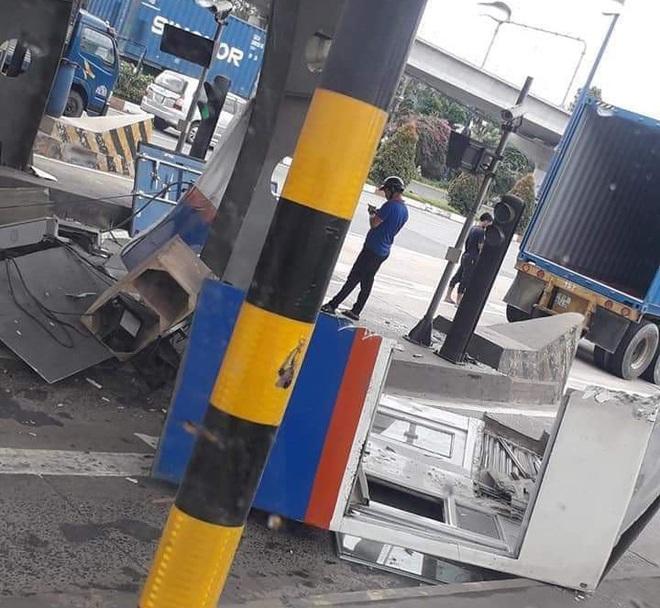 TP.HCM: Thùng container bị bung cửa, đập nát cabin trạm thu phí - ảnh 2