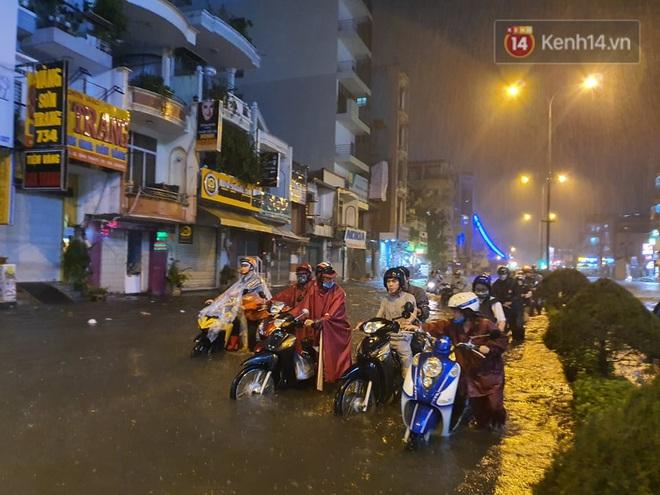 Trận ngập lớn nhất ở Sài Gòn từ đầu năm: Nhiều tuyến phố biến thành sông, hàng loạt phương tiện chết máy - Ảnh 4.