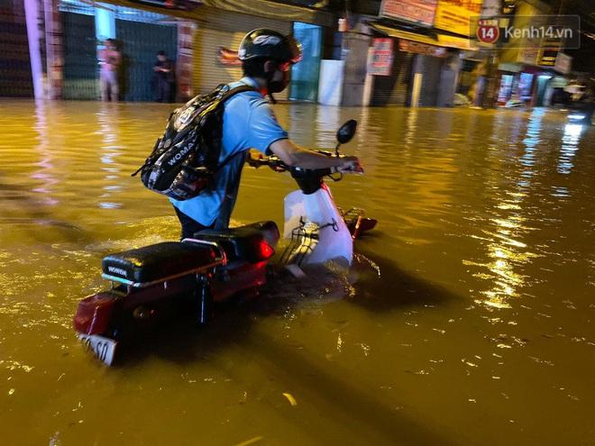 Trận ngập lớn nhất ở Sài Gòn từ đầu năm: Nhiều tuyến phố biến thành sông, hàng loạt phương tiện chết máy - Ảnh 15.