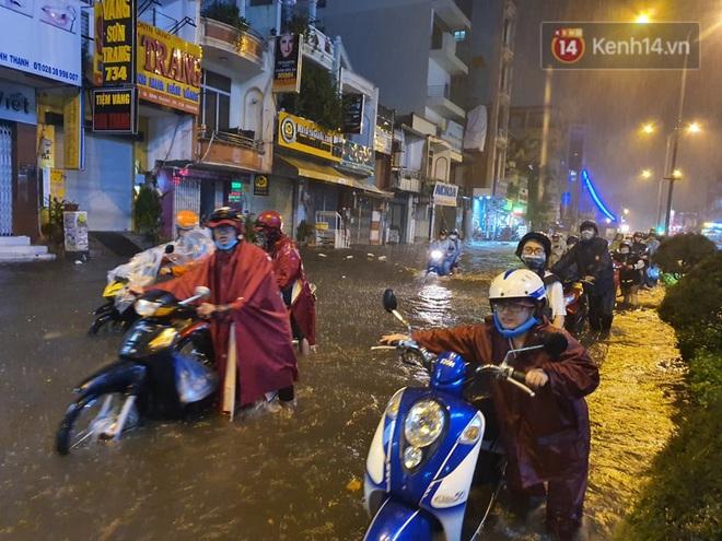 Trận ngập lớn nhất ở Sài Gòn từ đầu năm: Nhiều tuyến phố biến thành sông, hàng loạt phương tiện chết máy - Ảnh 3.