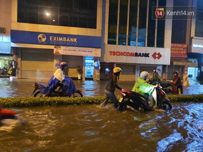 Trận ngập lớn nhất ở Sài Gòn từ đầu năm: Nhiều tuyến phố biến thành sông, hàng loạt phương tiện chết máy - Ảnh 9.