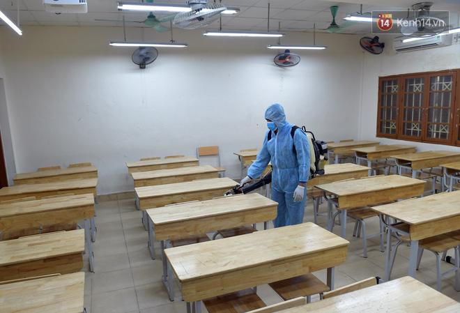 Cận cảnh quá trình phun sát khuẩn phòng thi, điểm thi THPT Quốc gia 2020 tại Hà Nội - ảnh 1