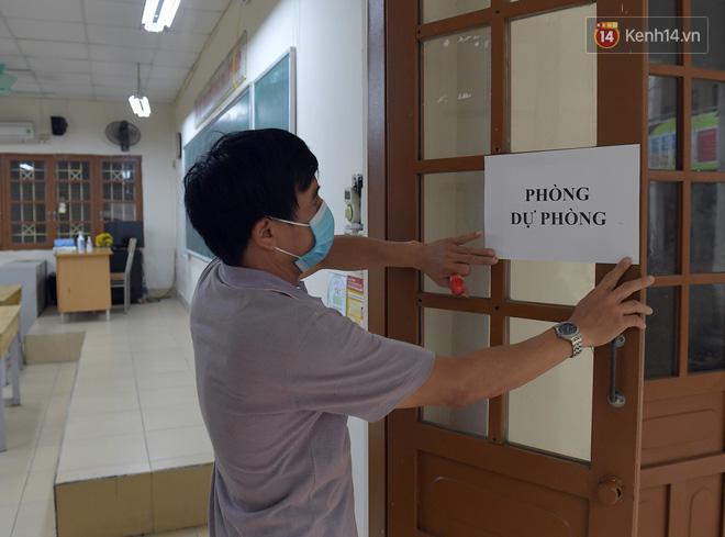 Cận cảnh quá trình phun sát khuẩn phòng thi, điểm thi THPT Quốc gia 2020 tại Hà Nội - ảnh 10