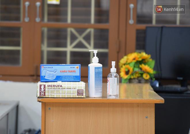 Cận cảnh quá trình phun sát khuẩn phòng thi, điểm thi THPT Quốc gia 2020 tại Hà Nội - ảnh 7